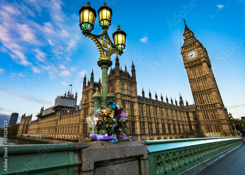 Papiers peints London Flower tributes for the victims of the March 22,2017 terrorist attack at westminster bridge, big ben and british parliament.