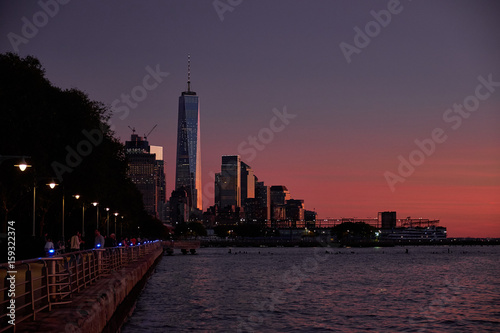 Foto op Canvas Violet Manhattan skyline at sunset seen from pier 45 on the west side