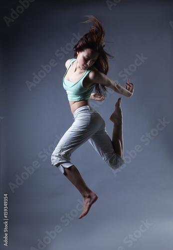 Póster beauty girl dance on grey background