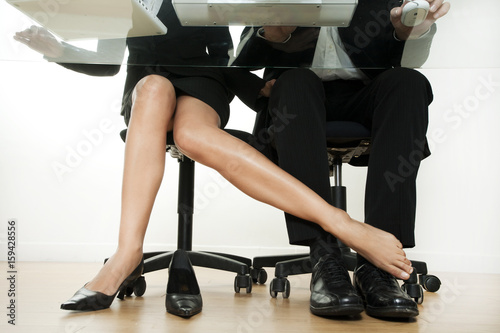 femme qui flirte avec un homme au travail Poster