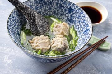 Traditionelle chinesische Wan Tan Suppe als close-up in einer Schale