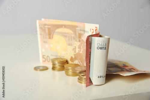 Euro Münzen und Scheine mit Hand udn einzeln Poster