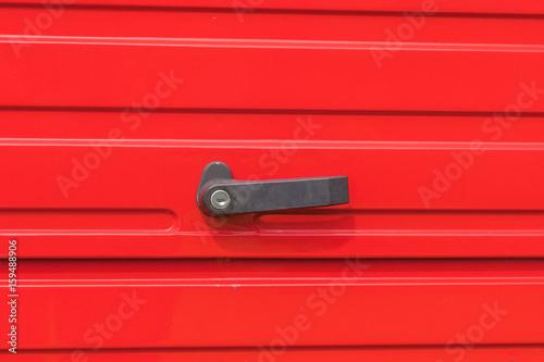 Griff auf einer roten Kofferraumklappe Poster