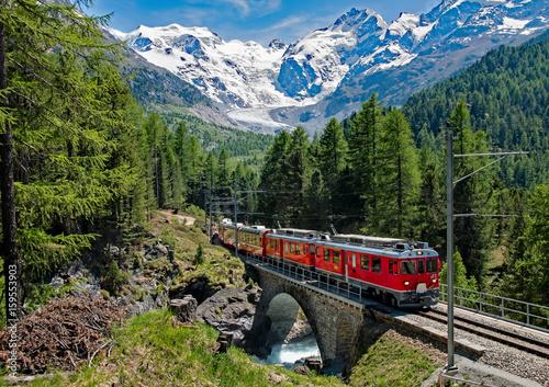 Staande foto Spoorlijn Trenino Rosso del Bernina - Svizzera