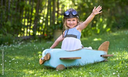 kleines Mädchen als Pilot im Flieger