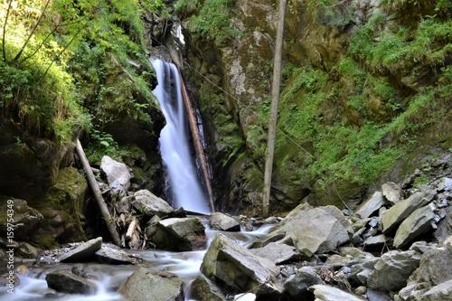 Wasserfall im Wald in Tirol - 159754349