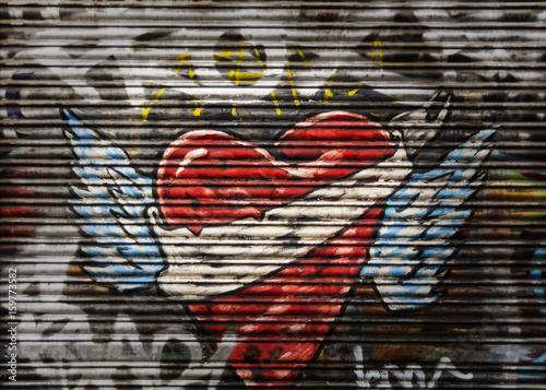 Herz Graffiti an Rollbalken eines Schaufenster Poster
