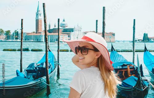 Fototapeta Turista a Venezia con gondole e porto sul mare