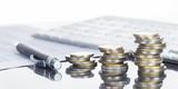 Finanzen, Euro Münzstapel, Kugelschreiber, Tabellen,  und Taschenrechner, Panorama, Hintergrund