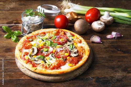 Vegetarische Pizza mit Gemüse und Kräutern
