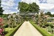 Chemin entre deux parcelles de plantes fleuries vers la serre du potager au domaine du château de Gaasbeek ,près de Bruxelles