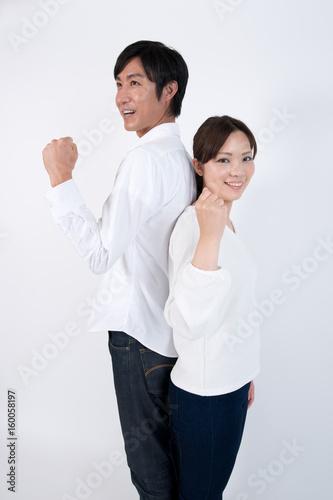 ガッツポーズをする夫婦
