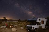 Fototapeta Space - Campen mit dem Wohnmobil unter Sternenhimmel und Milchstraße in den Alabama Hills am Fuße der Sierra Nevada bei Lone Pine, Kalifornien © Gottfried Reidler
