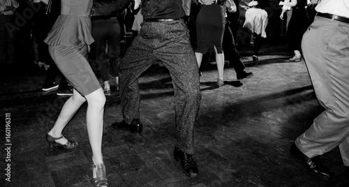 Coppia balla al party swing - 160196311