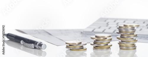 canvas print picture Finanzen, Euro Münzstapel, Kugelschreiber, Tabellen,  und Tastatur, Panorama, Hintergrund