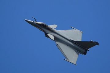 avion militaire passage rapide sur la tranche