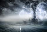 Potężne Tornado Na Drodze W Burzliwym Krajobrazie