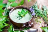 Selbstgemachte Suppe aus heimischen Wildkräutern (Wiesenkräutern) - 160432970
