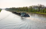 Mit Kohle beladenes Frachtschiff auf dem Schleusenkanal in der Wesermarsch - 160449142