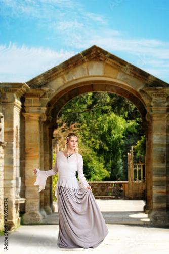 Foto op Aluminium Kasteel female high elf holding her skirt