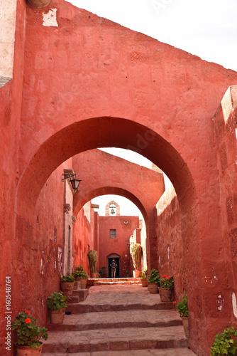 Ruelle et chapelle du monastère Santa Catalina à Arequipa au pérou