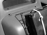 Heckgepäckträger mit altem Koffer eines französischen Oldtimer der Dreißiger und Vierziger Jahre in Lage bei Detmold im Lipperland, fotografiert in traditionellem Schwarzweiss