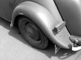 Französische Limousine der Dreißiger Jahre als Beutefahrzeug der Deutschen Wehrmacht beim Oldtimertreffen in Lage bei Detmold, fotografiert in traditionellem Schwarzweiss
