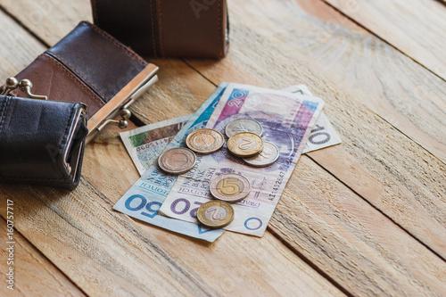 Polski złoty z małymi portfelami na starym drewnianym tle