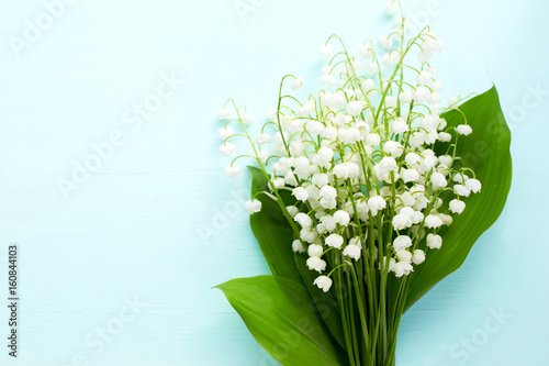 Aluminium Lelietjes van dalen Bouquet of fresh white lilies of the valley in a wooden window still. Top view