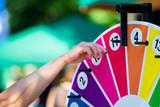 Glücksrad drehen auf einem Jahrmarkt und viele Preise gewinnen - 160931514
