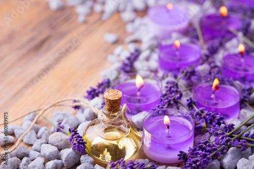 Lavendelöl und Duftkerzen