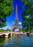 Paryż Wieża Eiffla i Sekwany w Paryżu, Francja. Wieża Eiffla jest jedną z najsłynniejszych atrakcji Paryża.