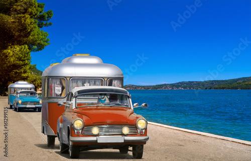 oldtimer PKW auto mit wohnwagen, camping am meer, strand Poster
