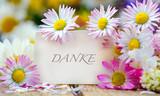 Romantik, Liebe, Sehnsucht, Glückwunsch, Gutschein: Gänseblümchen auf weißem Holz mit Papierschild :) - 161488565