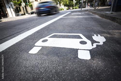 Symbol für Elektrotankstelle für Elektroautos auf der Straße - 161492571
