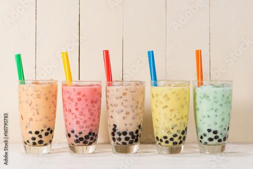 boba-bubble-tea-te-de-leche-variado-casero-con-perlas-en-mesa-de-madera