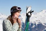 femme à la neige qui met de la crème  solaire sur son visage - 161801385