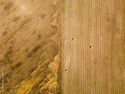 Natura e paesaggio: vista aerea di un campo, campo arato, coltivazione, campagna, agricoltura, covoni di fieno, balle di fieno