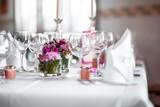 Gläser, Servietten und Besteck auf festlich gedecktem Tisch - 161896158