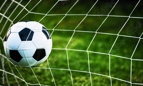 Zdjęcia na płótnie, fototapety na wymiar, obrazy na ścianę : Soccer ball in goal