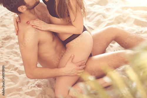 Leinwanddruck Bild Lovers on the beach