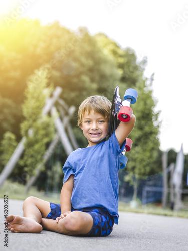 kind, bub, junge spielt auf einem kinderspielplatz Poster