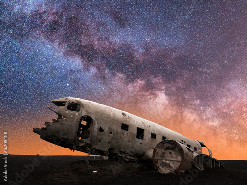 Plagát Milky Way Galaxy Behind Mysterious Wreckage of a Crashed DC-3 Airplane