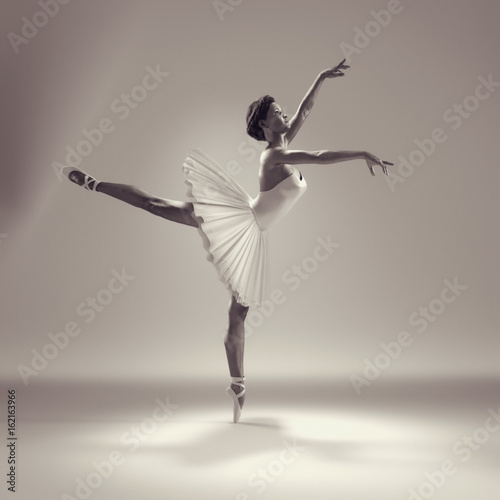 Portrait of the ballerina - 162163966