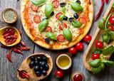 Pyszna pizza ze świeżą bazylią