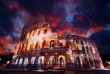 Koloseum w Rzymie w nocy. Włochy, Europa