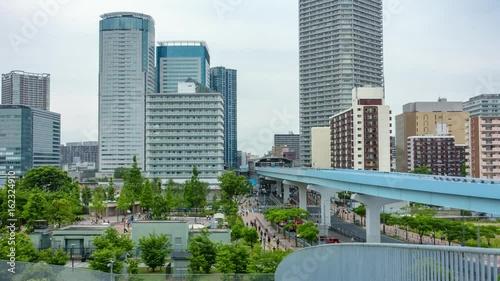 豊洲駅前の広場や行き交う人々とモノレールのある風景のタイムラプス