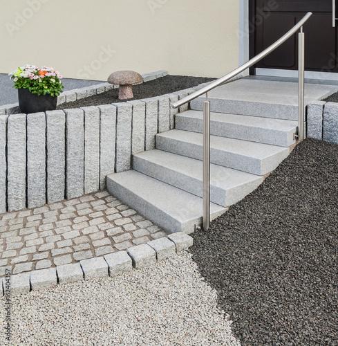 Moderne Außentreppe aus Naturstein mit Edelstahlgeländer und Steingarten - Contemporary outdoor staircase in natural stone with stainless banister and rockery front garden