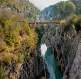 Perspectiva de lo alto de un puente encima de un rio