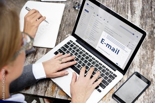 Online Message Communication Connection Concept